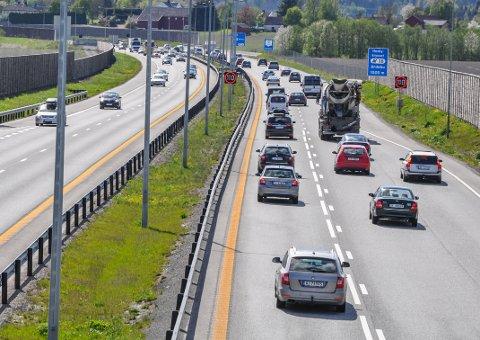 INNFØRER BOMPENGEKUTT: Bilister skal framover kunne skrive av bompenger på skatten, noe som kan komme mange Vestfold-pendlere til gode. Arkivfoto: Asbjørn Olav Lien