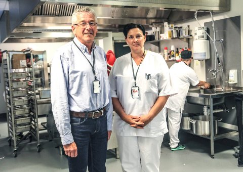 SPARER PENGER: Sykehuset Østfold sparer penger på å lage all maten selv, konstaterer seksjonsleder Sølvi Thøgersen og avdelingssjef Lars Henrik Pihl.