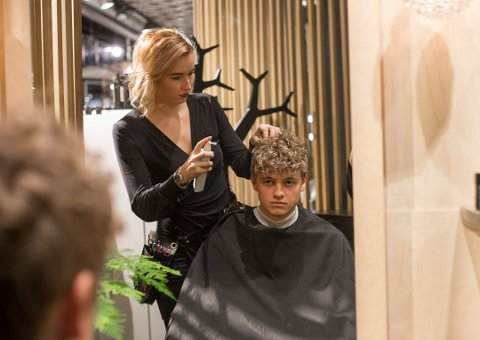 PERMANENT: Sander Solbakk (20) overrasket mange da han bestemte seg for å ta permanent. Her med frisør Amalie Grønningen (24). Foto: Ida Waage Hansen