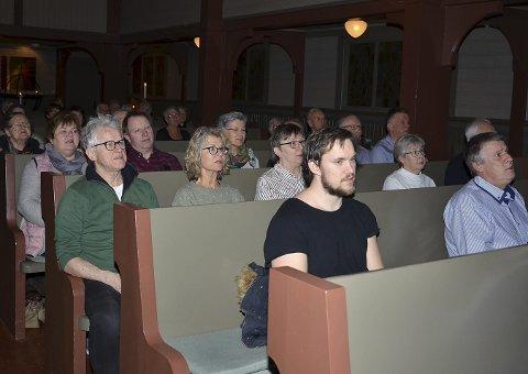SANG MED: Folk sang med på mange kjente og noen mer ukjente sanger fra kirkebenkene.
