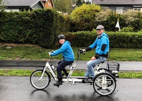 Frastjålet: Slik ser sykkelen til Lasse Olsen (15) ut. Den ble stjålet fra gårdsplassen til familiens hus. Her med stefar Kåre Haugen.
