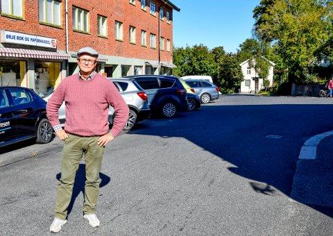Her ved krysset mellom Lilleveien og Storgata kan det til tider være kronglete å ta seg fram forbi parkerte biler. Nå må det tas grep, mener Asbjørn Brandsrud.