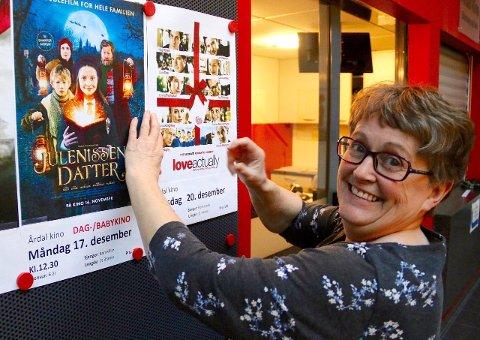 KJÆRLEIK TIL FOLKET: Kinosjef Gunvor Haug Moen gler seg til å syna Love Actually på Årdal kino og håpar publikum tek godt i mot julegåva. (Foto: Hanne Stedje)