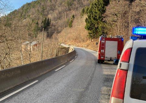 STENGT: Søndag ettermiddag vart riksvegen mellom Hella og Leikanger stengt på grunn av ras.