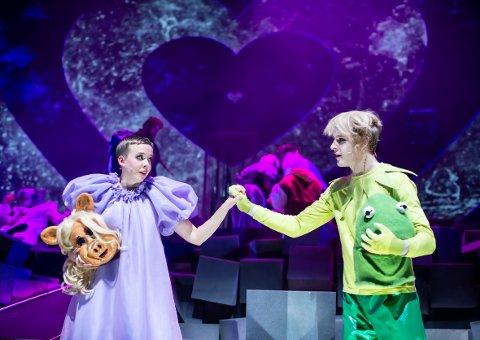 Det er Ragne Grande som spiller Juliet - og Carl Martin Eggesbø som er Romeo.