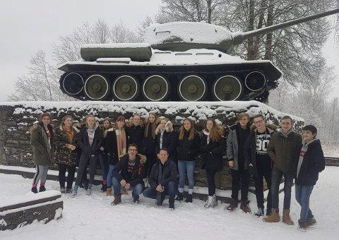 Gruppebilde: På veien passerte vi et monument som hedret de falne under andre verdenskrig, og da er det naturlig med en liten stopp og et gruppebilde.