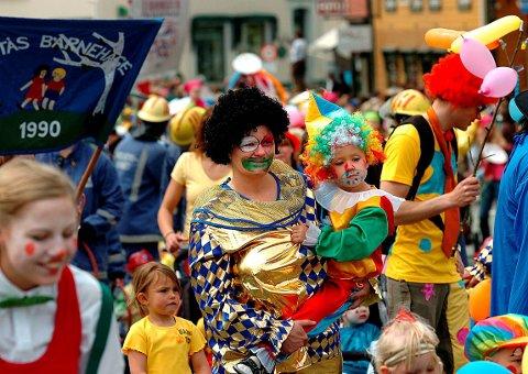 Fest: Opptoget teller mellom 2500 og 3000 store og små hvert år. I 2006 ga klovnene farge til opptoget som går fra Vestsiden til Funnemark.