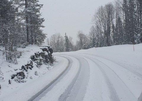 SNØ: Mannskaper fra NCC har vært ute i natt for å holde veiene åpne. (foto NCC)
