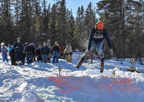 TØMMER: Med tømmerhuggerhjelm var denne deltakeren godt polstret på toppen.