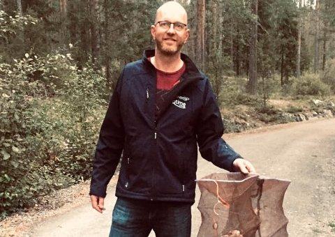 FJERNET TEINENE: Trond Løkka dro like godt opp to av krepseteinene som lå i vannet ved nordenden av Tinnemyra, for å forhindre det ulovlige krepsefisket.