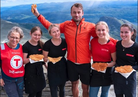 PREMIERT MED VAFFEL: Jorunn Karlberg Tveiten (t.v.) og vaffeljentene tok godt imot skistjernen Petter Northug på Gaustatoppen.