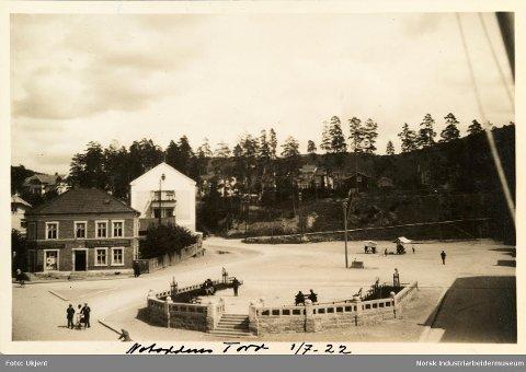 Fra 1922: Bildet viser Hesteskoen og de fire trærne. På bildet er de minst to år gamle, og de er dermed mer enn 100 år gamle nå!