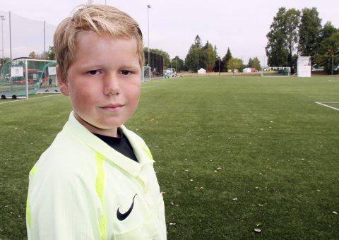PÅ SLETTA: En ung gutt på en stor bane. Trym Enaasen fra Dahle IL er med sine 12 år Norway Cups yngste dommer.