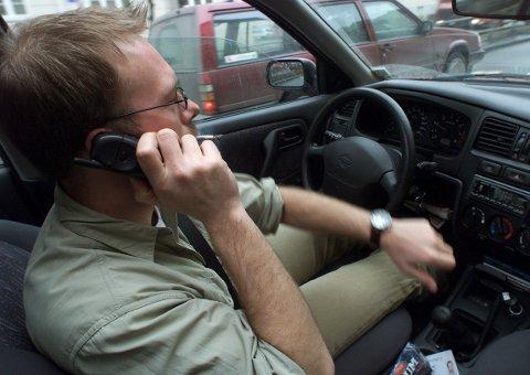 Illusstrasjonsfoto. Appen Hold skal gi bilførere poeng og premier for hvert 20. minutt de klarer å la mobilen ligge under kjøring.