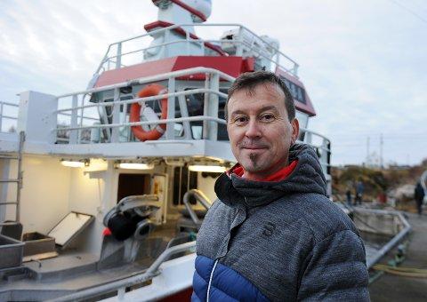 Rådgiver Julian Vangen i Sparebank 1 Nordvest ser betydningen og viktigheten av at banken står bak og støtter unge fiskere som vil satse på en fremtid på egen kjøl.
