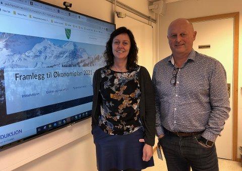 FORSLAG: Økonomisjef Martha Torvik og kommunedirektør Knut Haugen i Surnadal legger fram et budsjett i pluss, noe de klarer blant annet ved at det legges inn en økning i inntektene når gebyr og avgifter øker.