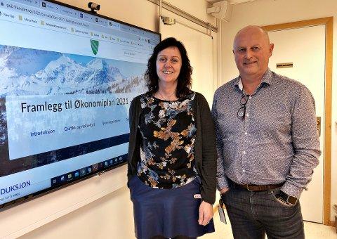 Økonomisjef Martha Torvik og kommunedirektør Knut Haugen i Surnadal legger fram et regnskap for 2020 i pluss.