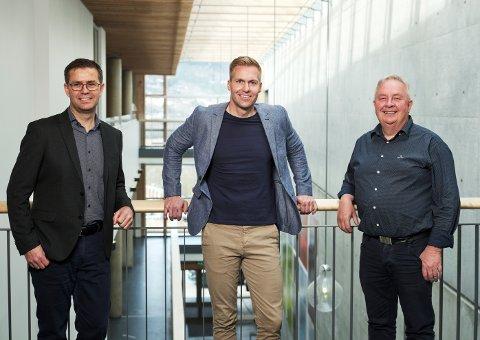 UTBYTTE: Daglig leder Jakob Nørbech, salgsleder David Monkan og markedssjef Stig Sæter deler ut utbytte til sine kunder.