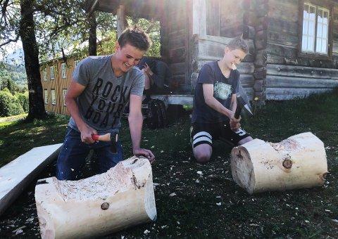 MESTRING: Audun Humberset og Nils Kårvatn Gulla godt i gang med benkene som skal settes ut ved kavlvegen i Surnadal. De to er to av nitten gutter som meldte seg på aktiviteten ved Åsen bygdemuseum i forbindelse med mestringsuken som elevene på 9. trinnet i Surnadal har denne uken.