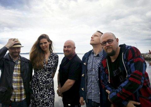 BANDET: Knut Roppestad (til høyre) ser mot USA når han skriver musikken sin. Her sammen med bandet Rambling Rodgers, som består av Lene Svaleng, Morten Hansen, Asbjørn Husby og Reinert «Pastor'n» Johannesen.