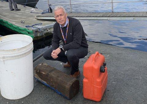 SKROT: Her sitter kommunikasjonssjef Arne Voll ved siden av skrot som er plukket opp fra sjøen. – Treffer du en slik stubbe som dette, er det fare for både båt og mennesker, sier han.