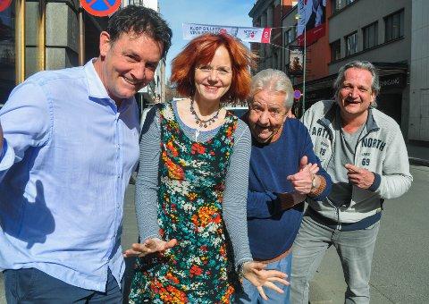 SCENEVETERANER: Sturla Berg-Johansen (f.v.) har fått med seg Mari Maurstad, Tor Erik Gunstrøm og Tom Sterri på Karius og Baktus i Oseberg i sommer.