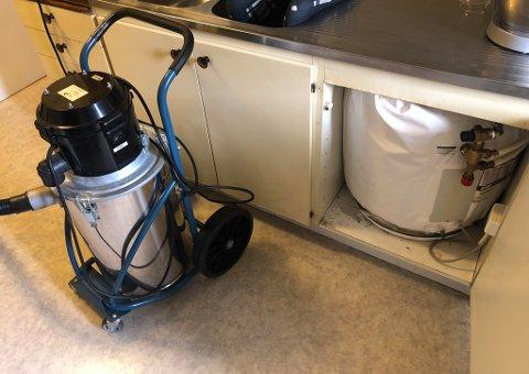 BEREDER: Berederen i kjøkkenbenken begynte å lekke. Dermed rant det vann utover gulvet og til minst en nabo i etasjen under.