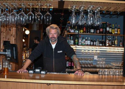KREATIV: Stian Floer har brukt koronatiden til å være kreativ. Det betyr blant annet at kraftkostdager på menyen i baren.