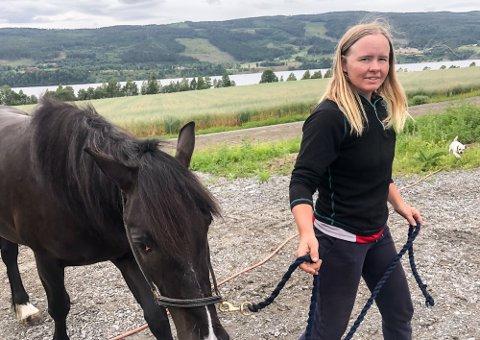 FORTVILET: Travtrener Kristine Kvasnes opplever marerittet om dagen. To hester er døde av den mystiske magesykdommen.
