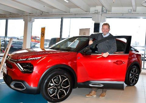 I HUS: Citroën e-C4 er skrytt opp i skyene av bilanmeldere. Nå er bilen ankommet Tønsberg hos Mobile Jarlsberg og seniorselger og merkeansvarlig Citroën, Tom Willy Andersen.