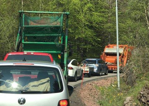 KØØØ: Mange tok turen for å tømme søppel fredag formiddag.