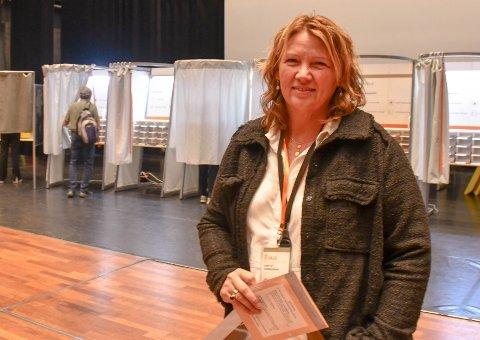 VALGET 2021: Kari-Anne Okkenhaug er leder av stemmestyret i valglokalet i Oseberg kulturhus.