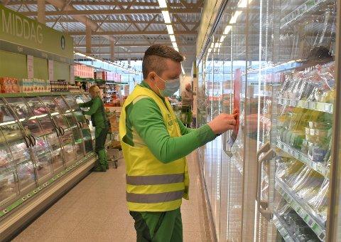 SMITTEVERN: Butikksjef hos Kiwi Reinsvoll, Kai Andrè Engen, hadde egentlig fredagsfri, men tok ei arbeidsøkt for å henge opp nye smittevernplakater.