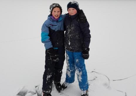 12-åringene Brede Broms Danielsen og Magnus Dyngvold fant en død hønsehauk under en skogstur i Sagesund.
