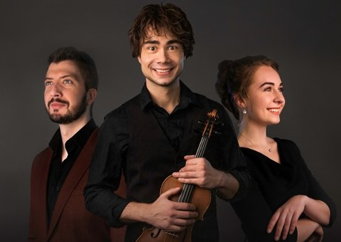 Alexander Rybak er på  turné sammen sopran Violetta Peschanskaya og pianist Stefan Ibsen Zlatanos, og kommer til Vanntårnet i Åmli lørdag 1. juni. Pressefoto fra Artistpartner.