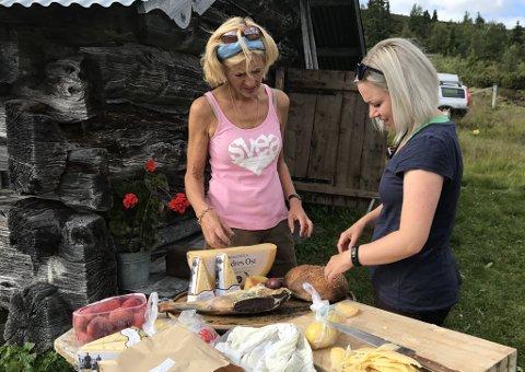 """På denne photoshooten var matvarene selve """"stjerna"""" og den hadde en egen stylist i Berit Ildjarnstad (til venstre). Fotograf Cathrine Dokken (til høyre) sjekker lyssettingen."""
