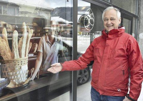 Bakeren i Bagn, Helge Gjerdalen, har ikke kunnskap om alkohol i gjærbakst. Foto:Arkiv