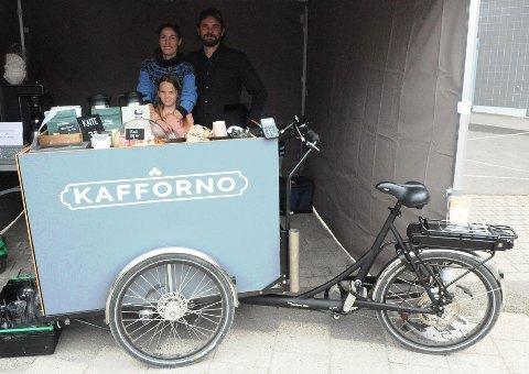 KAFFE PÅ HJUL: Sigrid Tangen har allerede fått god mottakelse av morgenpendlerne på Hakadal togstasjon og håper å kunne utvide tilbudet. På matfestivalen fikk hun hjelp av mannen Ólafur Jónsson og datteren Anna Birna Tangen (7).