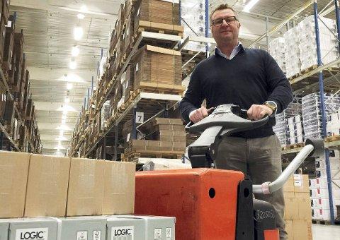 FLERE TILTAK: Daglig leder Rune Johansen i bedriften Olafsen Engros forteller at de vil bli klimanøytrale ved blant annet bruk av grønn strøm og elektriske varebiler, reduksjon av matsvinn på kontoret og å få ned antall leveranser.