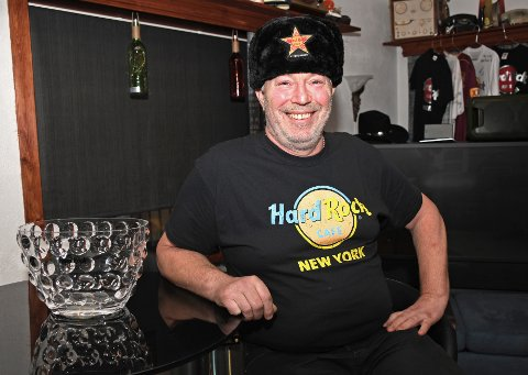 Med T-skjorte fra New York og pelslue fra St. Petersburg, har Johnny stor internasjonal bredde i besøkene han har gjort. Alle foto: Trond Folckersahm