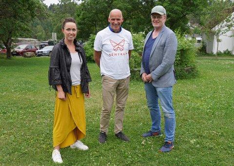 Geir Lippestad mellom to av Nesoddens nye Sentrums-politikere: Silje Magdalena Ruud Aalanslid og Petter Moen