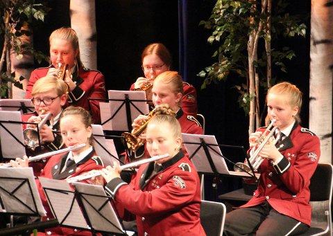 """Fløytister og kornettister fra Tynset Skolemusikkorps. Her er framfører de på konsentrert vis """"Hello"""", som ble en kjempehit for Adele."""