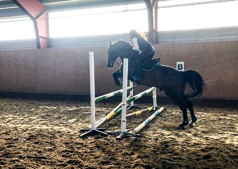 TRENING: Anelill Sandnes Engen og hesten Quidam's Quick Shot under en lett trening i forkant av stevnet onsdag ettermiddag.
