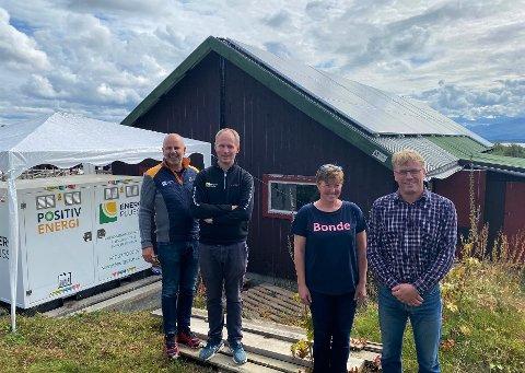 FORNØYD: Både EnergiPluss, her ved daglig leder Ole Petter Hansæl (til venstre) og Jørn Stormoen og kundene Hanne Østgård Tingstad og Erling Tingstad, er godt fornøyd med resultatet av et utfordrende prosjekt.