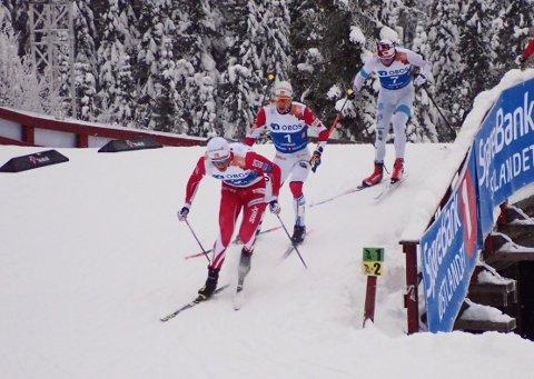 VAR MED HELT INN: Harald Østberg Amundsen (bakerst) på bakskiene til Simen Hegstad Krüger fra Lyn. Emil Iversen fremst sikret gullet for IL Varden Meråker.