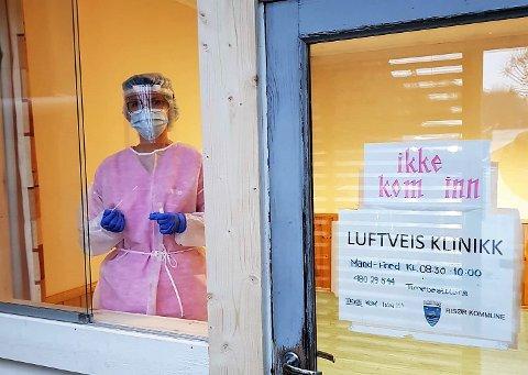 TESTING LANGFREDAG: Luftveisklinikken mottar fredag 57 personer ved Fargeskrinet barnehage på Søndeled.
