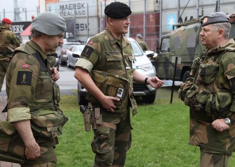 SITUASJONSRAPPORT: HV-08 oberst Bjørn Arild Siljebråten (til høyre) får en situasjonsrapport fra sine mannskaper under en HV-øvelse. Forsvarsbygg ber om at den nye planen Lister 2030 har med noe om beredskap og totalforsvar.