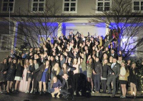 GOD STEMNING: 150 ungdommar frå Nordhordland feira inngangen til det nye året på folkehøgskulen på Frekhaug.