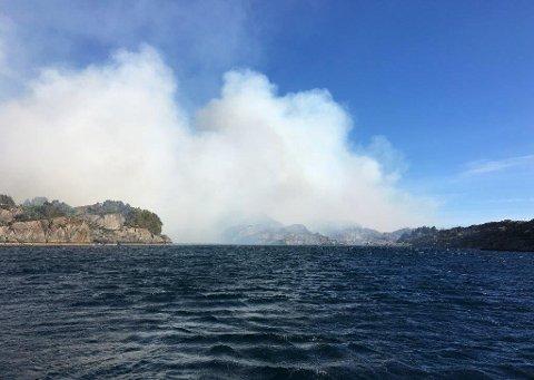 Skogbrannhelikopter og sivilforsvaret er sett inn i kampen mot brannen som måndag kveld flyttar seg sørover mot busetnad ved Trovåg i Solund.