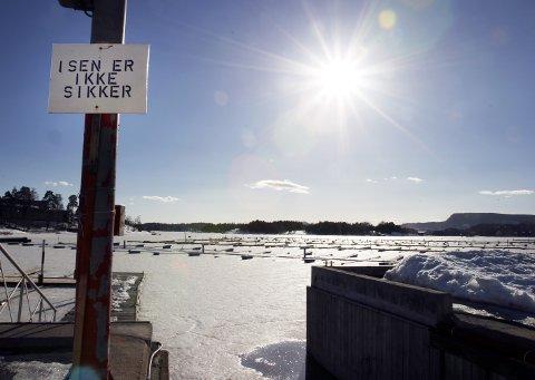 PASS PÅ: Tjukkleiken på isen kan fort endre seg og gjøre isen utrygg, åtvarar 110 Vest
